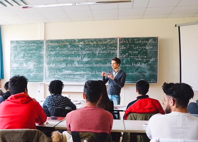 Zwischen Beruf und Berufung: Christoph unterstützt Schülerinnen und Schüler
